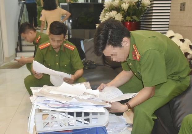 Cảnh sát thu giữ nhiều giấy tờ, tài liệu khi khám xét nhà các bị can. Ảnh: Báo Bà Rịa - Vũng Tàu.