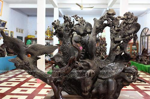 Một trong những tác phẩm điêu khắc được các nghệ nhân nhà sư của chùa Hang tạo tác ra từ bộ rễ cây cổ thụ