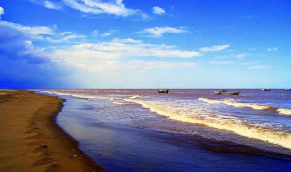 Biển Ba Động trong xanh. Ảnh: Cataco.