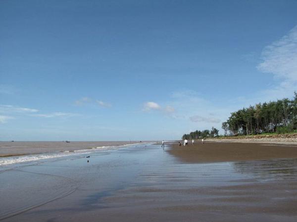 Bãi cát dài và rộng, xuôi thoai thoải là nét đặc trưng của bãi biển này. (Nguồn: mytour.vn)