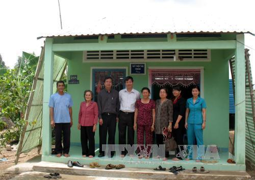 Hộ dân tộc Khmer nghèo trên địa bàn xã Định Hòa, huyện Gò Quao được hỗ trợ xây nhà ở mới khang trang. Ảnh: Lê Sen/TTXVN