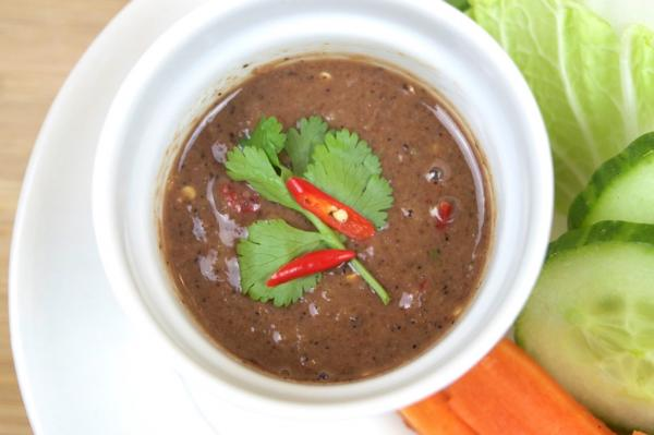Mắm tôm: Món ăn này được nhiều du khách nước ngoài đánh giá là đặc sản có mùi khủng khiếp nhất Việt Nam. Mắm tôm được làm từ tôm để lên men, có mùi vị khá khó chịu với những người không quen. Ảnh: Siam Sizzles.