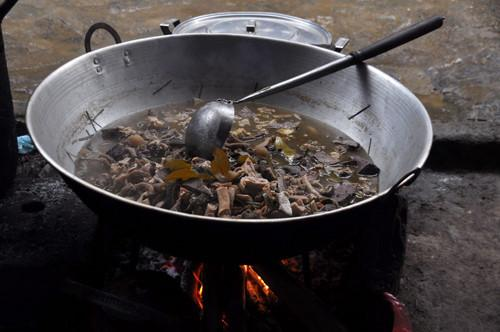 Thắng cố: Thắng cố là món ăn truyền thống của người Mông ở Lào Cai, gồm thịt thừa và nội tạng của ngựa được cho vào chảo xào săn, sau đó ninh nhừ. Món này có vị khá khó ăn và mùi khiến nhiều khách phải nín thở. Ảnh: Thùy Mai/Infonet.