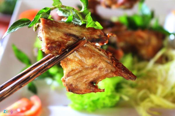 Thịt chuột: Người phương Tây nghĩ đến chuột là nghĩ đến loại gặm nhấm truyền bệnh. Do đó, họ rất ngạc nhiên khi biết một đặc sản của miền Tây Nam Bộ là chuột đồng nướng. Thịt chuột thơm mềm, được nướng thơm phức và chấm muối ớt. Ảnh: Zing.
