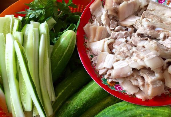 Thịt heo ba rọi luộc cuốn dưa leo rau rừng cũng là món ăn ngon. Món ăn chế biến nhanh, thịt mang đi luộc, kèm theo mớ rau đủ loại, xấp bánh tráng, tí bún tươi và tô nước mắm pha chua ngọt là đủ khiến bụng no căng.