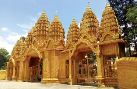 Cổng chùa Vàm Ray và nhà thờ Mặc Bắc tại Trà Vinh.