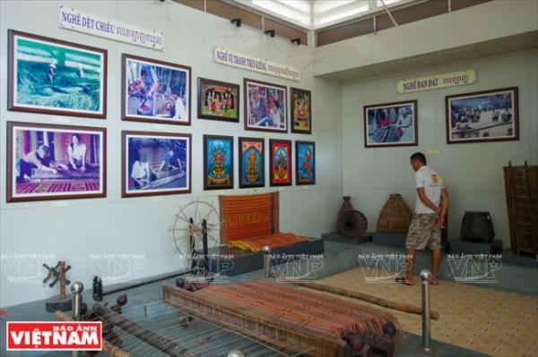 Khách đến tham quan ở phòng trưng bày về ngành nghề truyền thống của dân tộc Khmer – Trà Vinh.