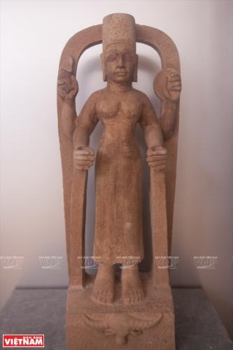 Hiện vật phục chế về tương nữ thần Linga bằng đá sa thạch thế kỉ thứ 8 được trưng bày tại bảo tàng.