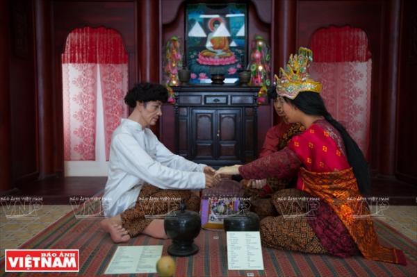 Tái hiện tục cột chỉ tay trong tục lệ cưới hỏi của người Khmer.