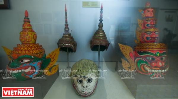 Các sản phẩm mão, mặt nạ truyền thống của người Khmer được trưng bày trong phòng Văn hóa – Nghệ thuật.
