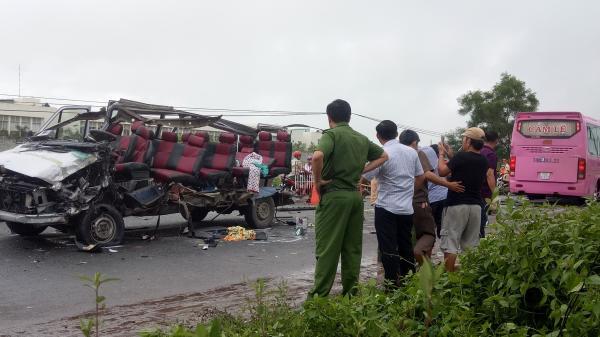 Hiện trường vụ tai nạn thảm khốc, chiếc xe khách trơ trụi phần khung (Ảnh FB Cộng Nguyễn)