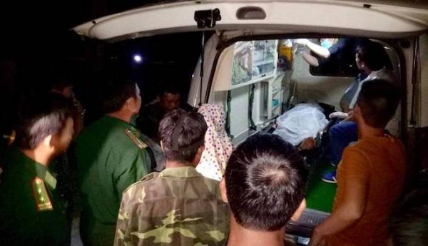 Các chiến sỹ Bộ đội Biên Phòng Mỹ Lý thăm hỏi, hỗ trợ tiền và đưa nạn nhân lên Bệnh viện đa khoa Kỳ Sơn để tiếp tục điều trị.