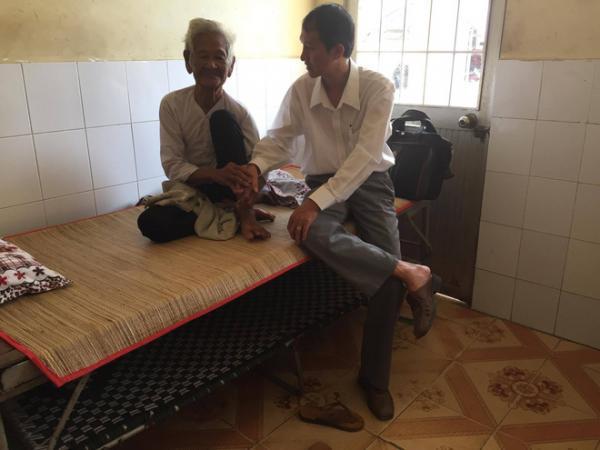 Nhiều người đến bệnh viện thăm bà Sương.