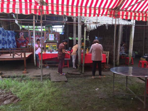Nhiều người dân trong vùng đến giúp đỡ làm ma chay cho chị Tuyết.