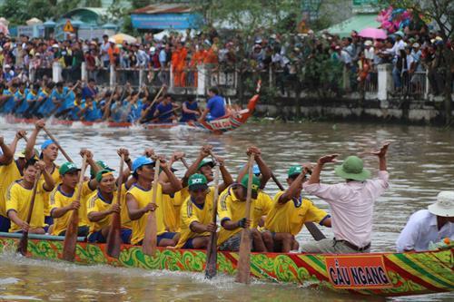Đội Trà Cú và Cầu Ngang trên đường đua. Ảnh : Phúc Sơn - TTXVN