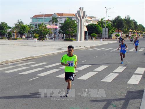 Các vận động viên thi chạy việt dã trên đường Nguyễn Tất Thành (Phường 1, Thành phố Bạc Liêu, tỉnh Bạc Liêu). Ảnh: Mạnh Linh - TTXVN