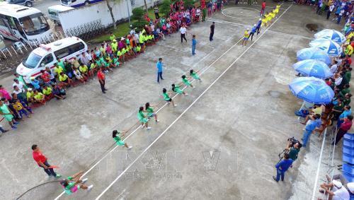 Các đội tham gia thi kéo co, một trong những môn thể thao được tổ chức trong khuôn khổ Ngày hội Văn hóa, Thể thao và Du lịch đồng bào Khmer Nam Bộ, lần thứ VII năm 2017 diễn ra tại thành phố Bạc Liêu. Ảnh: Mạnh Linh - TTXVN