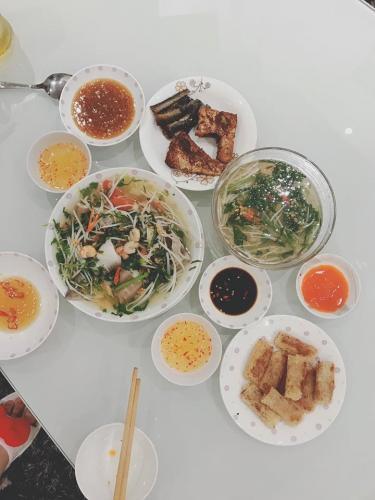 Không chỉ mời Tammy Le đến nhà chơi, người đẹp 9x còn chuẩn bị bữa cơm thuần Việt cho bạn thân - Ảnh: FBNV