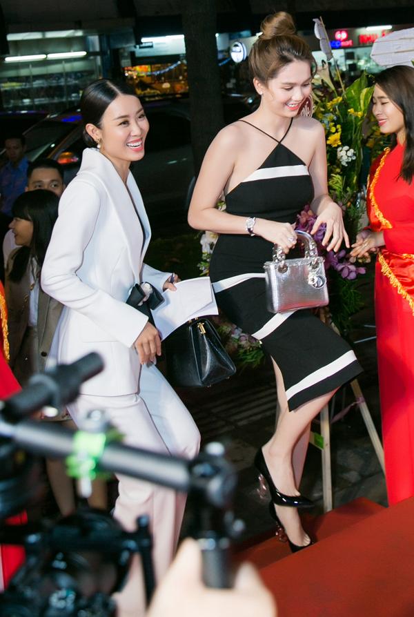 Ngọc Trinh xách túi hiệu dự tiệc mừng khai trương trung tâm làm đẹp của Hoa hậu Hải Dương tại TP HCM.