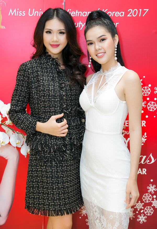 Người đẹp Quỳnh Hoa vừa đăng quang Hoa hậu Áo dàitại CH Czech chụp ảnh cùng Á hậu 2 Lê Ngọc Trinh.