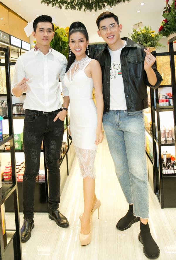 Diễn viên Võ Cảnh và ca sĩ Minh Trung xuất hiện với phong cách trẻ trung, đơn giản.