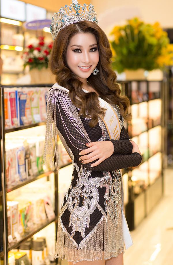 Hoa hậu Jenny Kim gây chú ý với bộ cánhtua rua, đính đá lấp lánh.