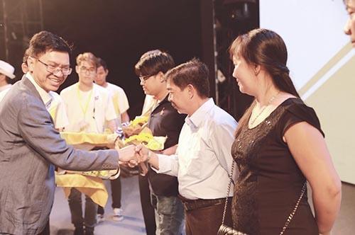 Ông Phan Quang Khang – giám đốc kinh doanh Toàn quốc của ngàng hàng bia, nước giải khát Masan trao tặng quà cho nhà phần phối và đại lý của bia Sư Tử Trắng.