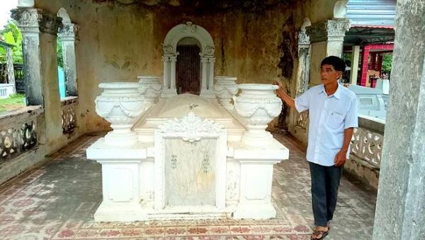 Ông Trần Thanh Hùng đứng bên ngôi mộ của cụ tổ Trần Bang Tới