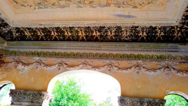 """Những hoa văn, họa tiết đậm chất phương Tây được trang trí trên trần của mỗi """"dinh cơ"""""""