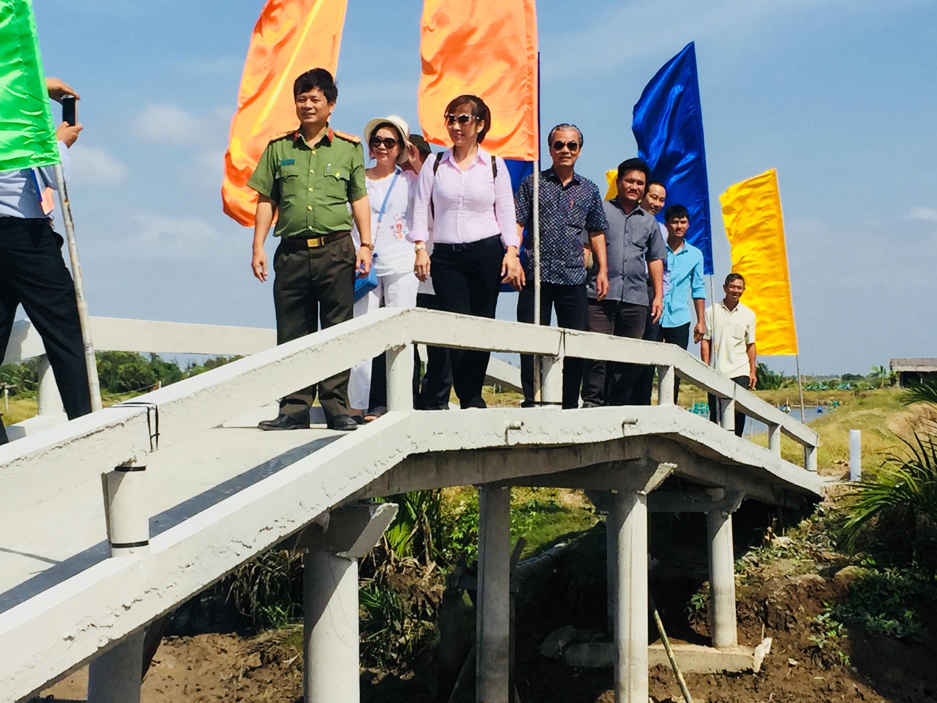 Đoàn công tác và chính quyền địa phương khánh thành cầu nông thôn tại ấp Khúc, xã Hiệp Mỹ Đông, huyện Cầu Ngang, Trà Vinh.