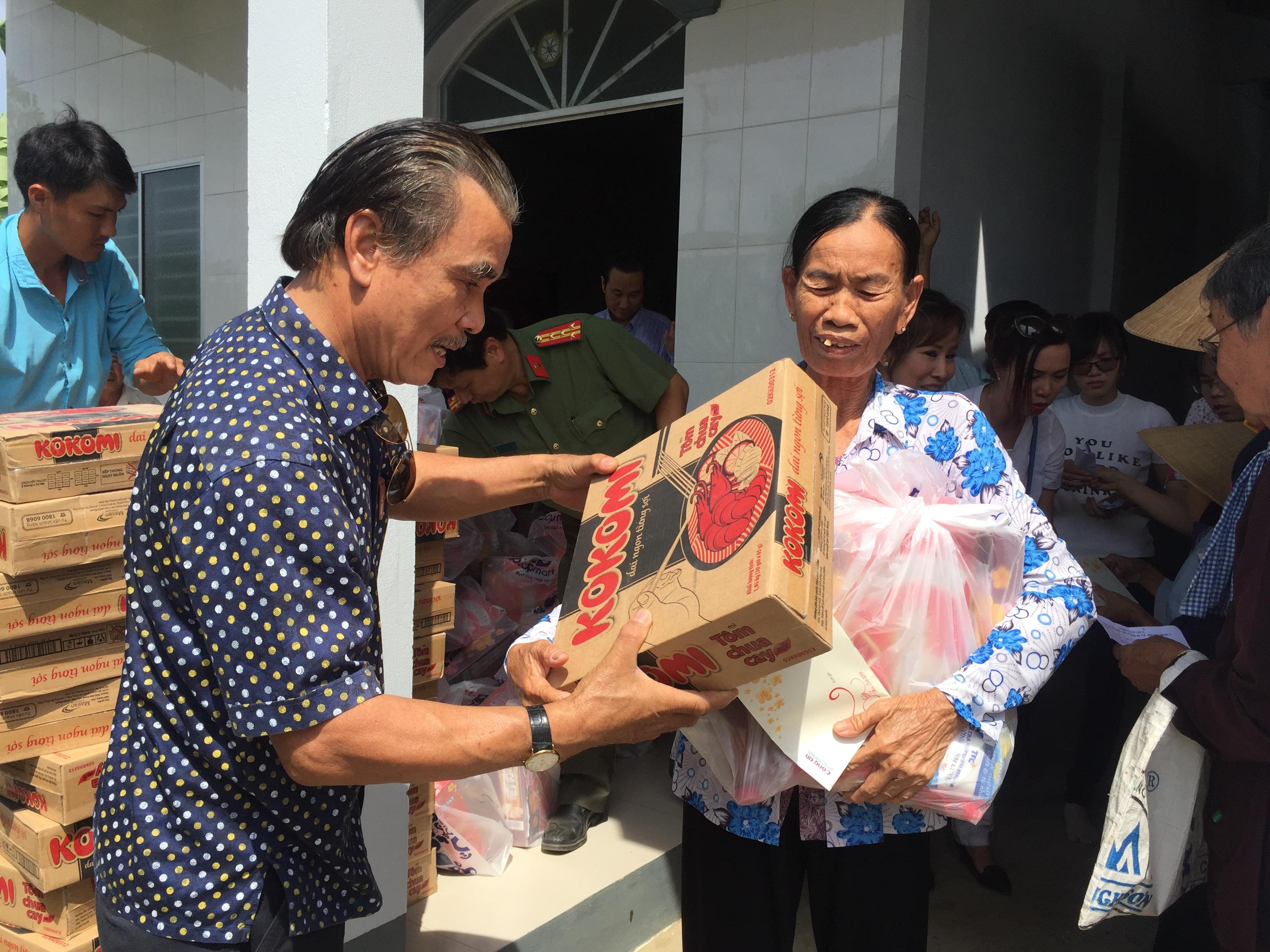 Trao quà Tết cho người nghèo xã Hiệp Mỹ Đông, huyện Cầu Ngang, Trà Vinh.