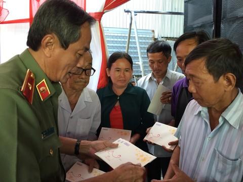 Thiếu tướng Nguyễn Thế Sang, Phó chánh Thanh tra Bộ Công an trao quà Tết cho người nghèo huyện Ba Tri