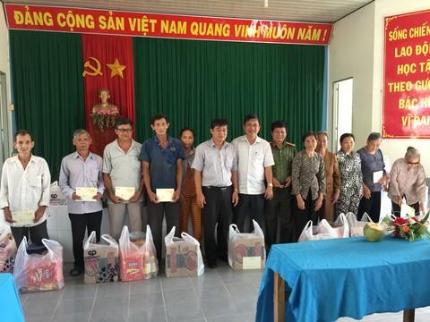 Trao qùa Tết cho hộ gia đình khó khăn xã Hưng Lễ, huyện Giồng Trôm, Bến Tre