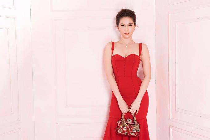 Ngọc Trinh tự làm mẫu giới thiệubộ sưu tập cho mùa Tết đang bán tạishop của cô.