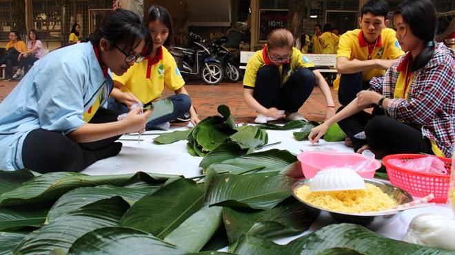 Sinh viên Nhân văn gói bánh chưng chuẩn bị cho chiến dịch Xuân tình nguyện. Ảnh: Đoàn - Hội Ngôn ngữ học.