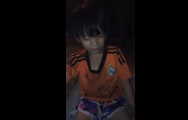 Đứa trẻ đáng thương cho cả tay vào trong áo để tránh sương đêm và gió lạnh