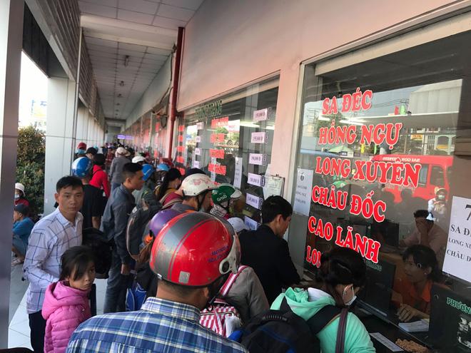 Người dân chen nhau mua vé về các tỉnh.