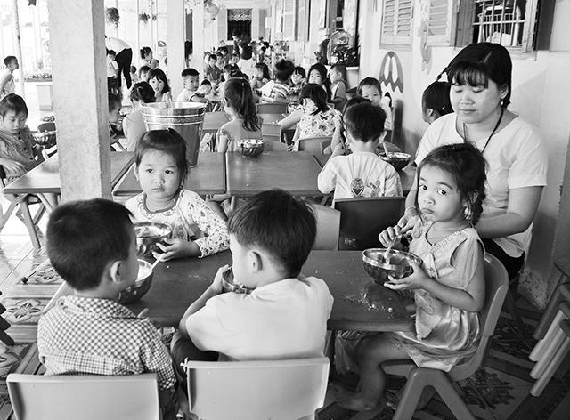 Học sinh Trường mầm non Trúc Xanh, xã Nhị Long, huyện Càng Long ăn trưa tại trường.