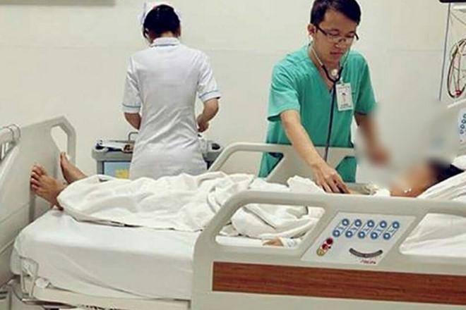 Bé trai tạm qua cơn nguy kịch, đang được chăm sóc tại Bệnh viện Nhi đồng TP.HCM. Ảnh: BVCC