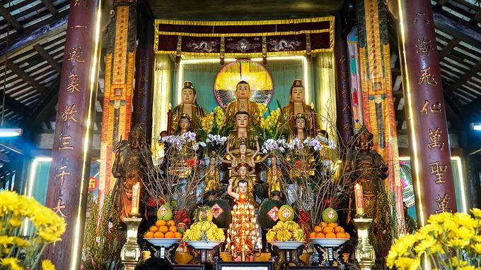 Bên trong chánh điện bài trí đơn giản nhưng trang nghiêm, không có bao lam (hình thức nghệ thuật chạm khắc) như ở các chùa cổ khác. Một số câu đối khắc liền vào cột. Ngoài những pho tượng Phật, nơi này còn có tượng Phật Thích Ca của chùa Hưng Pháp, xã Tân Qui Đông gần đó gửi. Nơi đây còn giữ được tượng Quan Công của chùa Minh Hương gửi năm 1849.