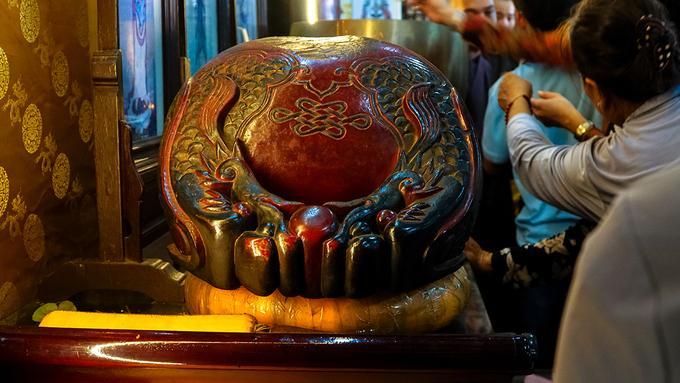 Đáng chú ý nhất bên trong chánh điện là chiếc mõ được Hoà thượng Vĩnh Tràng (đời trụ trì thứ tư) thỉnh từ ngoài Bắc về. Hoà thượng đã đi bộ 135 ngày ròng để mang chiếc mõ về chùa.