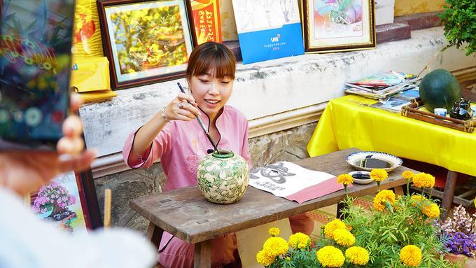 Chùa đón đông lượng khách hành hương vào các dịp lễ, Tết. Tận dụng khoảng sân rộng, chùa dựng các tiểu cảnh trang trí khiến nhiều người thích thú.