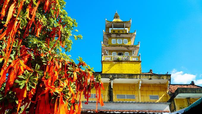 Trước kia chùa còn có Đông lang và Tây lang xây theo kiến trúc xưa. Nay Tây lang đã được trùng tu theo kiến trúc mới, đúc bê-tông mái bằng, Đông lang cũng được xây lại nối dài với nhà trù thành một giảng đường làm lớp học cho Trường Cơ bản Phật học.