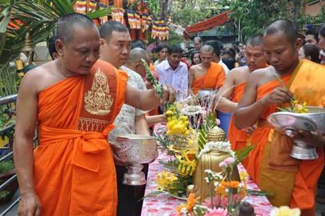 Ngày thứ ba của lễ mừng năm mới Tết Chol Chnam Thmay, người Khmer sẽ lên chùa làm lễ tắm cho Đức Phật - Ảnh minh họa: Internet