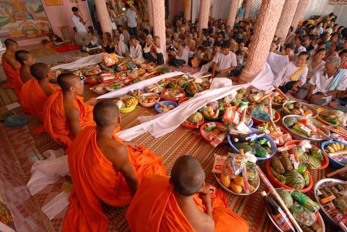 Các gia đình trong ngày đón năm mới thứ hai lễ Tết Chol Chnam Thmay sẽ nấu cơm dâng lên các nhà sư - Ảnh minh họa: Internet