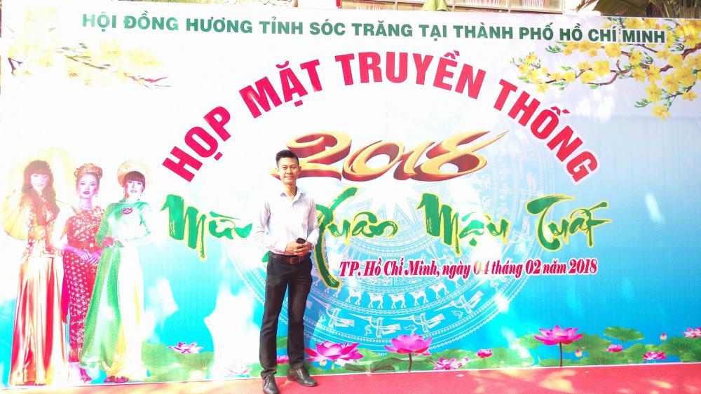 Tuy làm việc tại TP.HCM nhưng anh Kim Thế Ngoan luôn thu xếp công việc để về quê đón Tết Chol Chnam Thmay cùng gia đình - Ảnh: NVCC