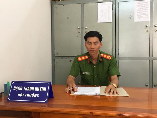 Trung tá Đặng Thanh Huynh bên bàn làm việc