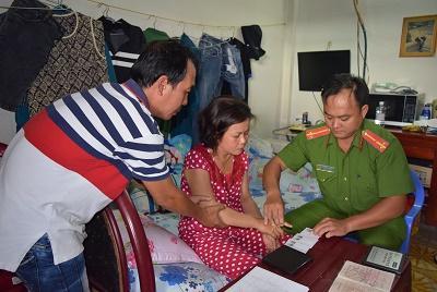 Tổ công tác làm các thủ tục cấp CMND cho chị Quyên