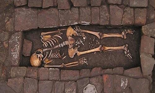 Ngôi mộ chứa hài cốt người mẹ và xương của thai nhi. (Ảnh: Daily mail)