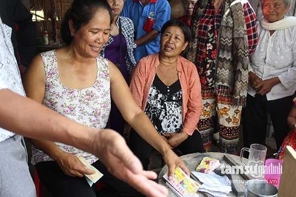 Nhờ cây chuối hàng ngày bà Hường bán mấy trăm tờ vé số